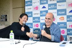 溝口健二の「近松物語」が好きということで意気投合する入江悠(左)とアミール・ナデリ(右)。