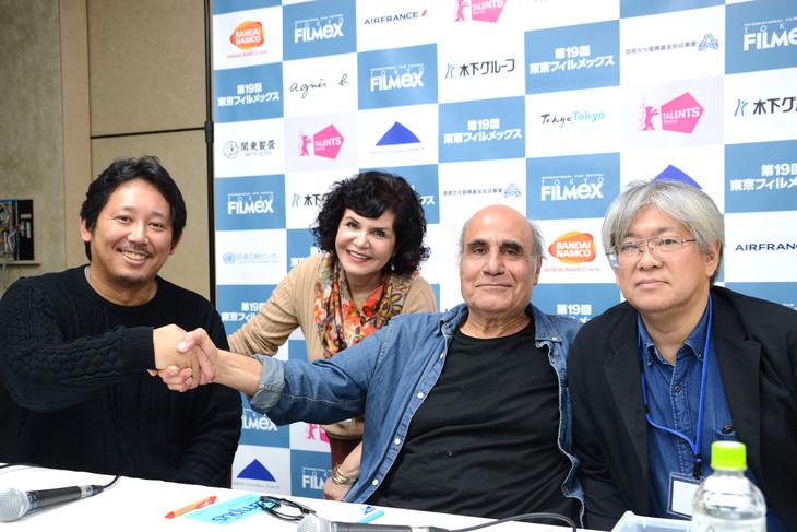 第19回東京フィルメックスにて、左から入江悠、通訳を務めたショーレ・ゴルパリアン、アミール・ナデリ、映画祭ディレクターの市山尚三。