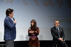 立ち上がって感想を熱弁する三浦友和(左)。