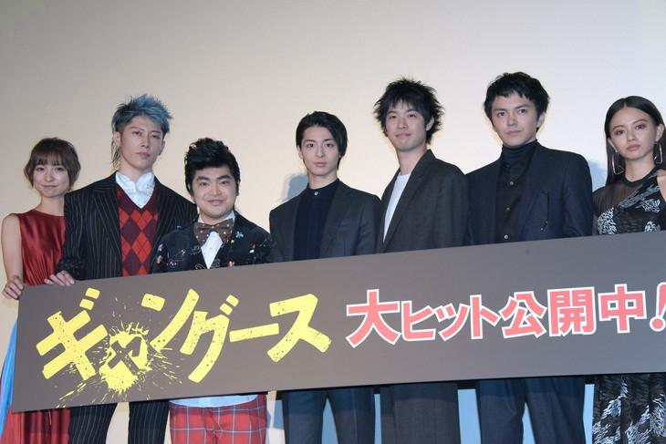 「ギャングース」初日舞台挨拶の様子。左から篠田麻里子、MIYAVI、加藤諒、高杉真宙、渡辺大知、林遣都、山本舞香。