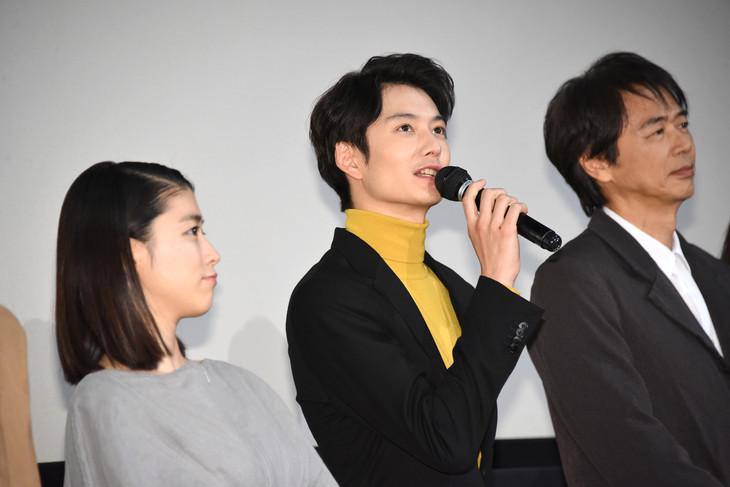左から成海璃子、岡田将生、時任三郎。