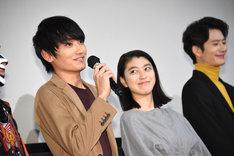左から金子大地、成海璃子、岡田将生。