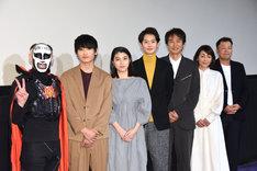 「家族のはなし」初日舞台挨拶の様子。左から鉄拳、金子大地、成海璃子、岡田将生、時任三郎、財前直見、山本剛義。