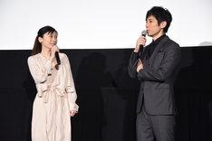 左から篠原涼子、西島秀俊。