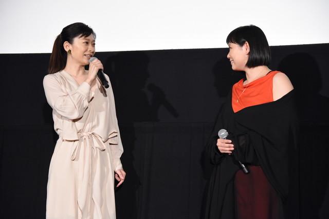 絢香(右)による「あいことば」の生歌唱の感想を語る篠原涼子(左)。