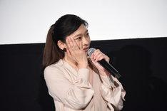 絢香による「あいことば」の生歌唱を聴き、涙をこらえる篠原涼子。