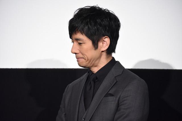 絢香による「あいことば」の生歌唱を聴き、しみじみする西島秀俊。