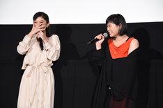 絢香による「あいことば」の生歌唱のあと、MCから「篠原さんもこんな感じで歌ってますか?」と聞かれ、「違うに決まってるじゃないですか!」と照れる篠原涼子(左)。