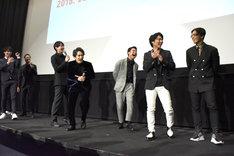 """小澤雄太が髪型を""""稲垣吾郎風""""にキメて来たと知って盛り上がるメンバーたち。"""