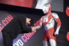 初代ウルトラマン(右)と握手する濱田龍臣(左)。