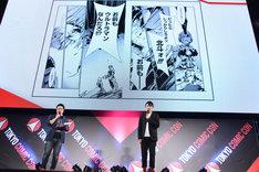 マンガ「ULTRAMAN」の好きなシーンを紹介する濱田龍臣(右)。