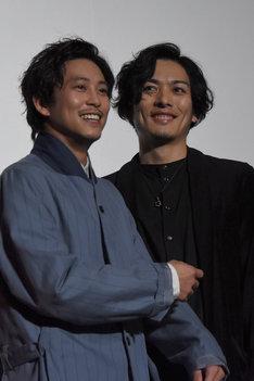 「ちょんちょんつついてくる!」と、久保田悠来(右)から攻撃を受けていることを訴える佐野岳(左)。