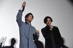 観客とコールアンドレスポンスを楽しむ佐野岳(左)と、久保田悠来(右)。