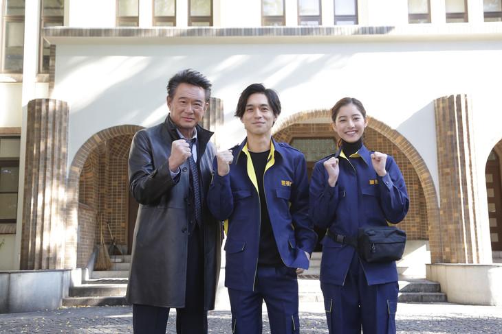 「トレース~科捜研の男~」クランクインの様子。左から船越英一郎、錦戸亮、新木優子。