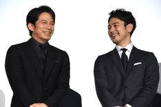 左から岡田准一、妻夫木聡。
