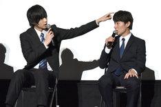 富田健太郎(右)の毛質をうらやむ荒牧慶彦(左)。