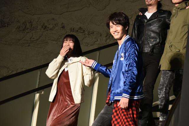 高田夏帆(左)をエスコートする赤楚衛二(右)。