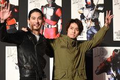 肩を組んで登場した水上剣星(左)と武田航平(右)。