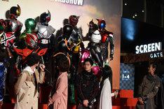 犬飼貴丈(前列左端)から「憧れ」と言われ、ポーズを決める仮面ライダーカブト(後列右端)。