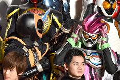 高田夏帆がヘアスタイルについてトークをしている最中に、仮面ライダーエグゼイド(右)の髪型を気にする仮面ライダーゴースト(左)。