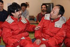 手前左から浜野謙太、マキタスポーツ。