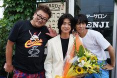 伊藤真司を演じた伊藤健太郎(中央)のクランクアップ写真。