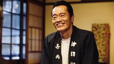 中井田健一と名乗り、男仲居として働く遠藤憲一。