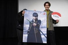 ペンライトをもらったファン(左)に土方十四郎のポスターをプレゼントした柳楽優弥(右)。
