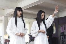 左から長澤まさみ演じるダー子、織田梨沙演じるモナコ。