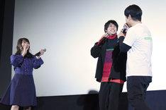 主題歌を歌う佐野岳(中央)と大森研一(右)。