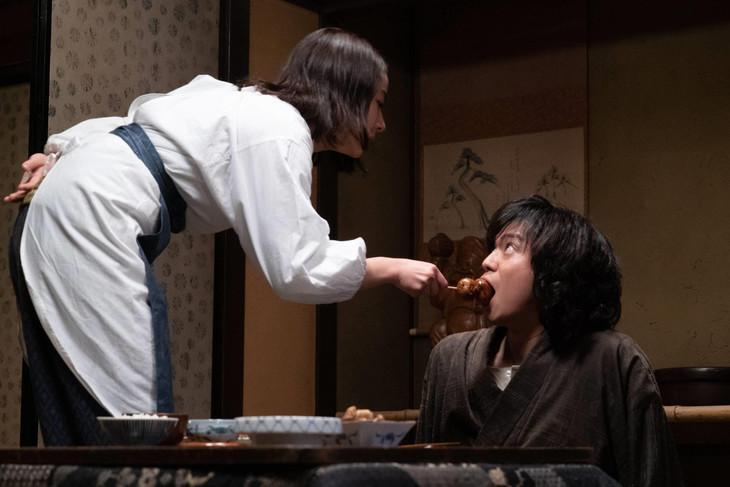 スペシャルドラマ「犬神家の一族」より、左から平祐奈演じる美代、加藤シゲアキ演じる金田一耕助。