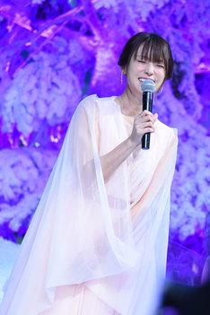 中村倫也に衣装をいじられ、照れる深田恭子。