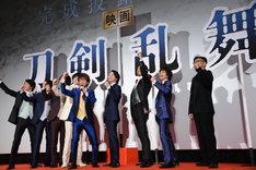 観客と一緒に「刀剣乱舞!」と叫ぶ登壇者たち。