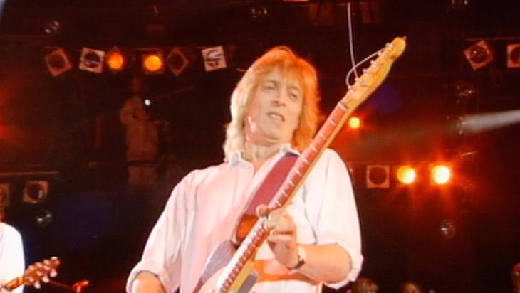 「ビサイド・ボウイ ミック・ロンソンの軌跡」より、1992年に行われた「フレディ・マーキュリー追悼コンサート」で演奏するミック・ロンソン。