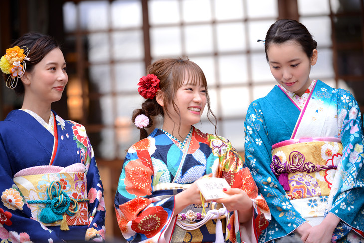 左からNiki、川栄李奈、飯豊まりえ。