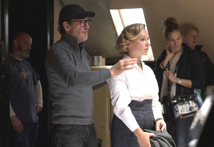 「天才作家の妻 -40年目の真実-」で監督を務めたビョルン・ルンゲ(左)。
