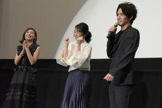 「ビルドのヒロインは夏帆ちゃんです!」と宣言する赤楚衛二(右)とガッツポーズをする高田夏帆(中央)。