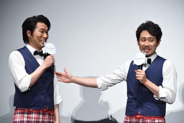 高橋努(左)に「大スター」と言われ、まんざらでもなさそうに「やめなさいって」と言う大泉洋(右)。