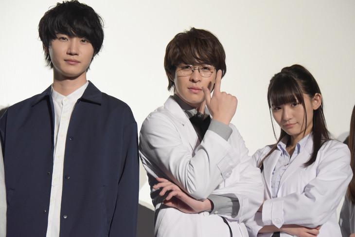 「劇場版 リケ恋~理系が恋に落ちたので証明してみた。~」完成披露上映会の様子。左から桜田通、西銘駿、浅川梨奈。