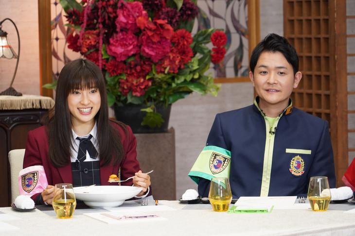 左から土屋太鳳、ノブ。(c)日本テレビ