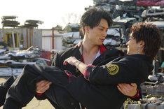 映画「PRINCE OF LEGEND」より。奥から鈴木伸之演じる京極尊人、川村壱馬演じる京極竜。