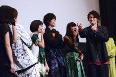 篠原悠伸(右)が監督にラップを無茶ぶりされたエピソードを披露する様子。