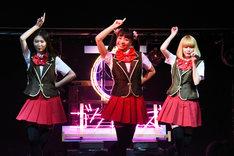 左から岡本夏美、坂ノ上茜、松田るか。