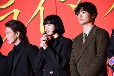 左から佐藤健、小松菜奈、染谷将太。