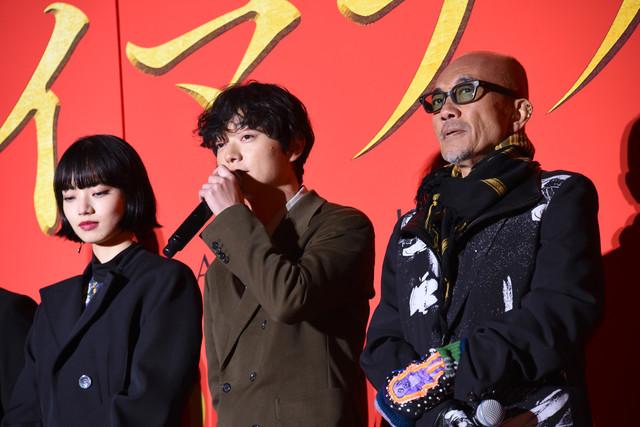 左から小松菜奈、染谷将太、竹中直人。