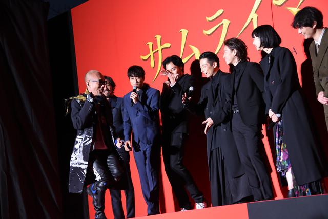 キャラクターにちなみ、急遽ナンバ走りを披露した竹中直人(左)。