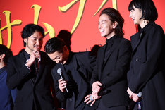 左から青木崇高、森山未來、佐藤健、小松菜奈。