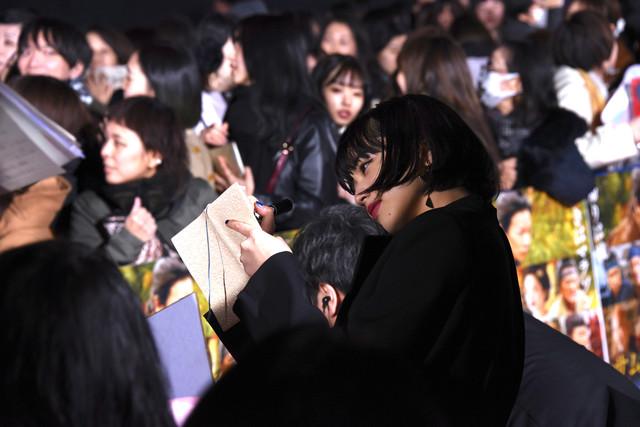 レッドカーペットでファンと交流する小松菜奈。