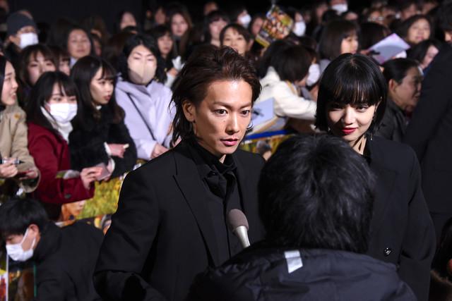 レッドカーペットで取材に応じる佐藤健(左)と小松菜奈(右)。