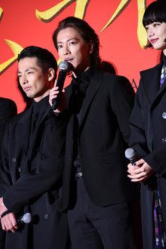 佐藤健(中央)